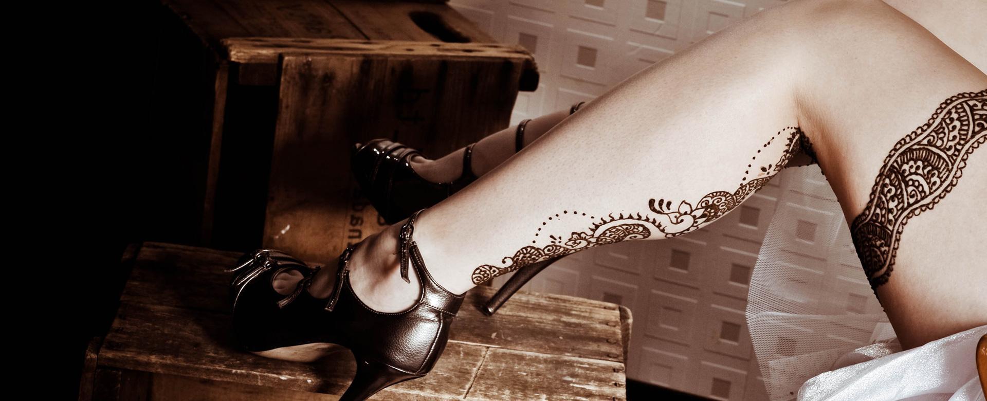 Professional henna artist full leg design